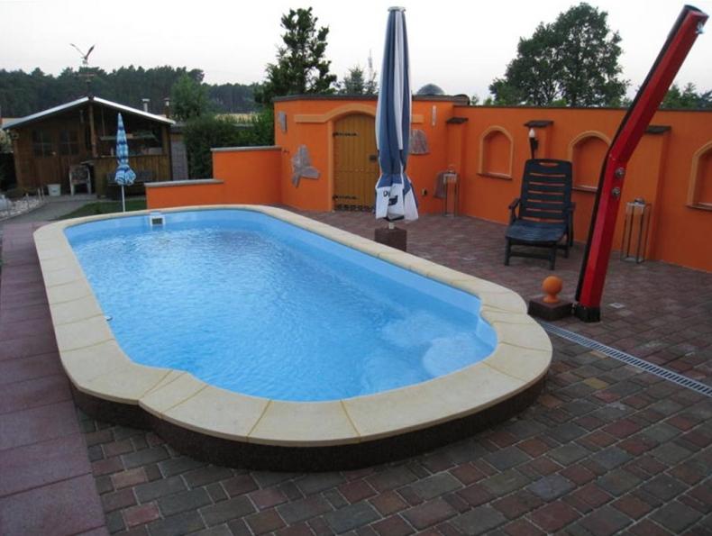beckenrandsteine f r pools mit angesetzter r mischer. Black Bedroom Furniture Sets. Home Design Ideas